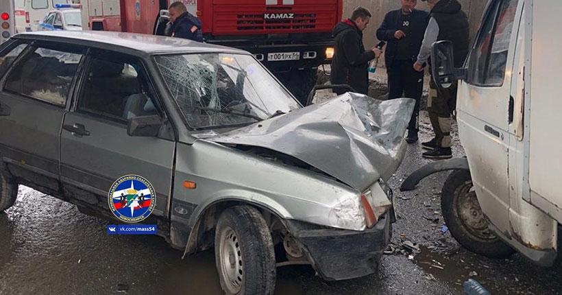 В Новосибирске пьяная компания спровоцировала аварию с грузовым автомобилем