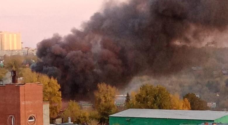 В Новосибирске пожар охватил здание на улице Романова