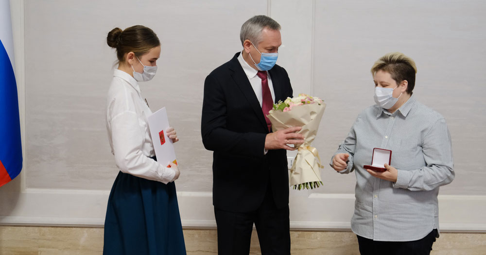 В Новосибирской области наградили волонтёров медалями от имени президента РФ