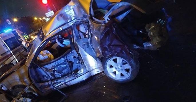 В Новосибирске пьяный водитель ночью наехал на пешехода и врезался в столб