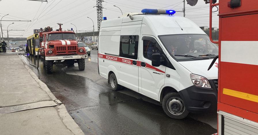 В Новосибирске на Димитровском мосту загорелся автобус