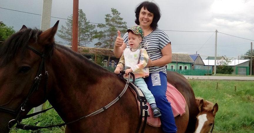 Двухлетний малыш из Новосибирской области не может ходить, но врачи не могут ему помочь