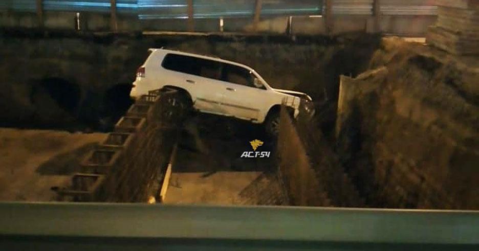 В Новосибирске «Lexus» улетел в глубокий строительный котлован