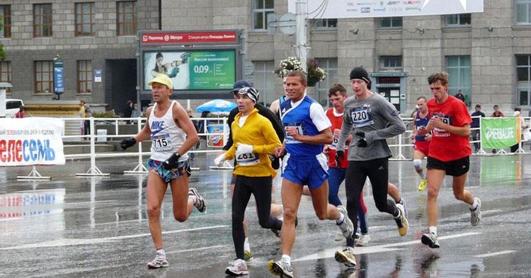 Новосибирский марафонец пять лет проходил в бандане после нападения стаи собак