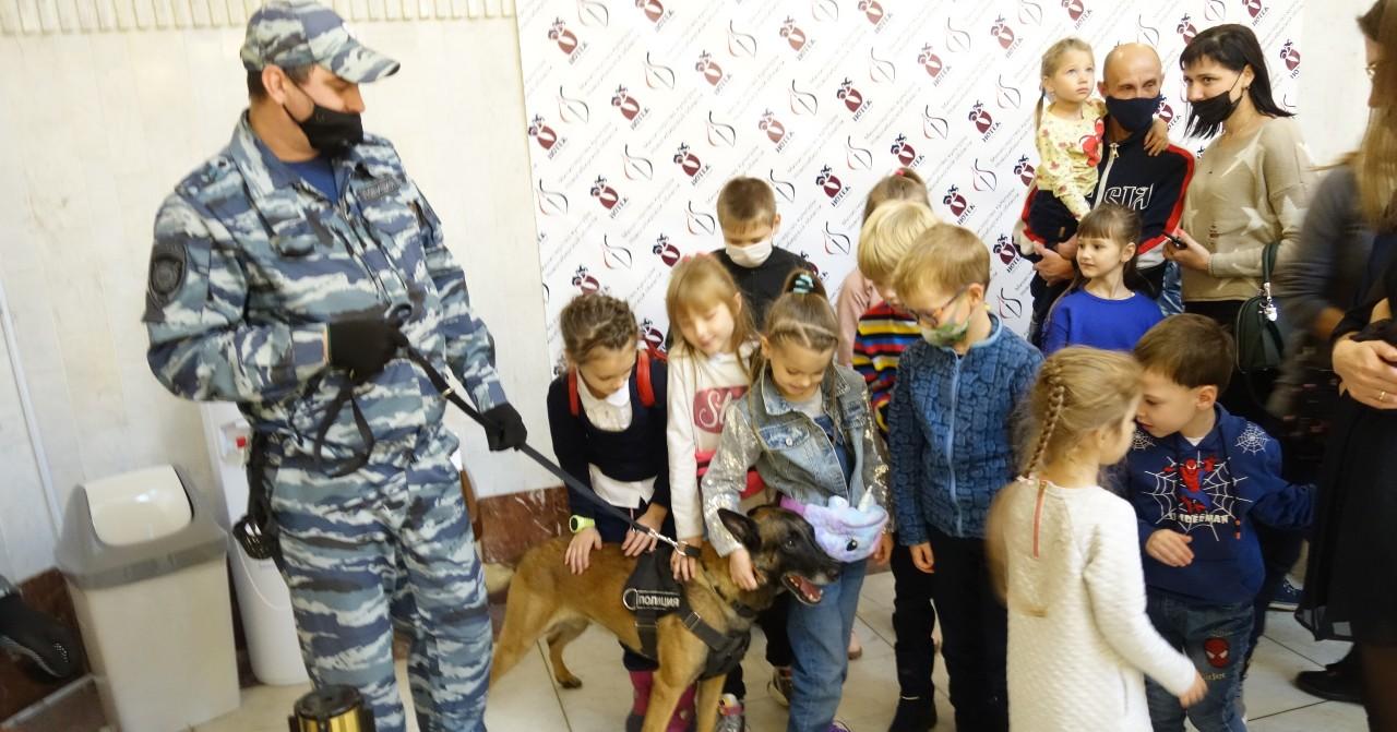 На премьеру в Новосибирском областном театре кукол пригласили служебных собак