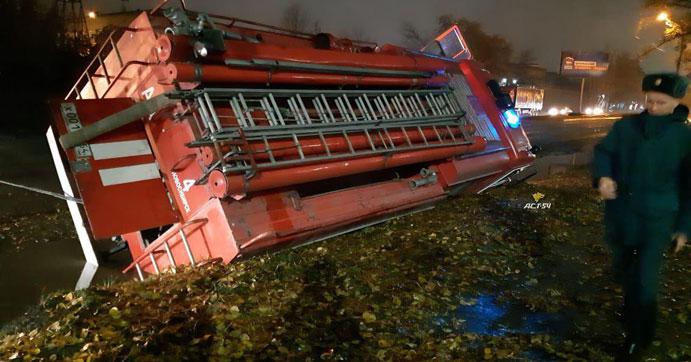 В Новосибирске опрокинулся спешащий на вызов пожарный автомобиль