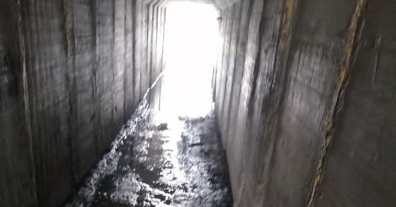 Жители Новосибирска пожаловались на дорогу к школе через грязный тоннель