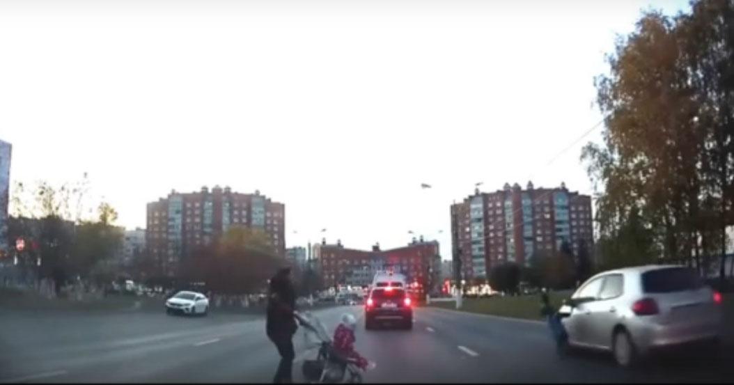 Новосибирцы обсуждают ролик, где ребёнок чудом не угодил под колёса автомобиля