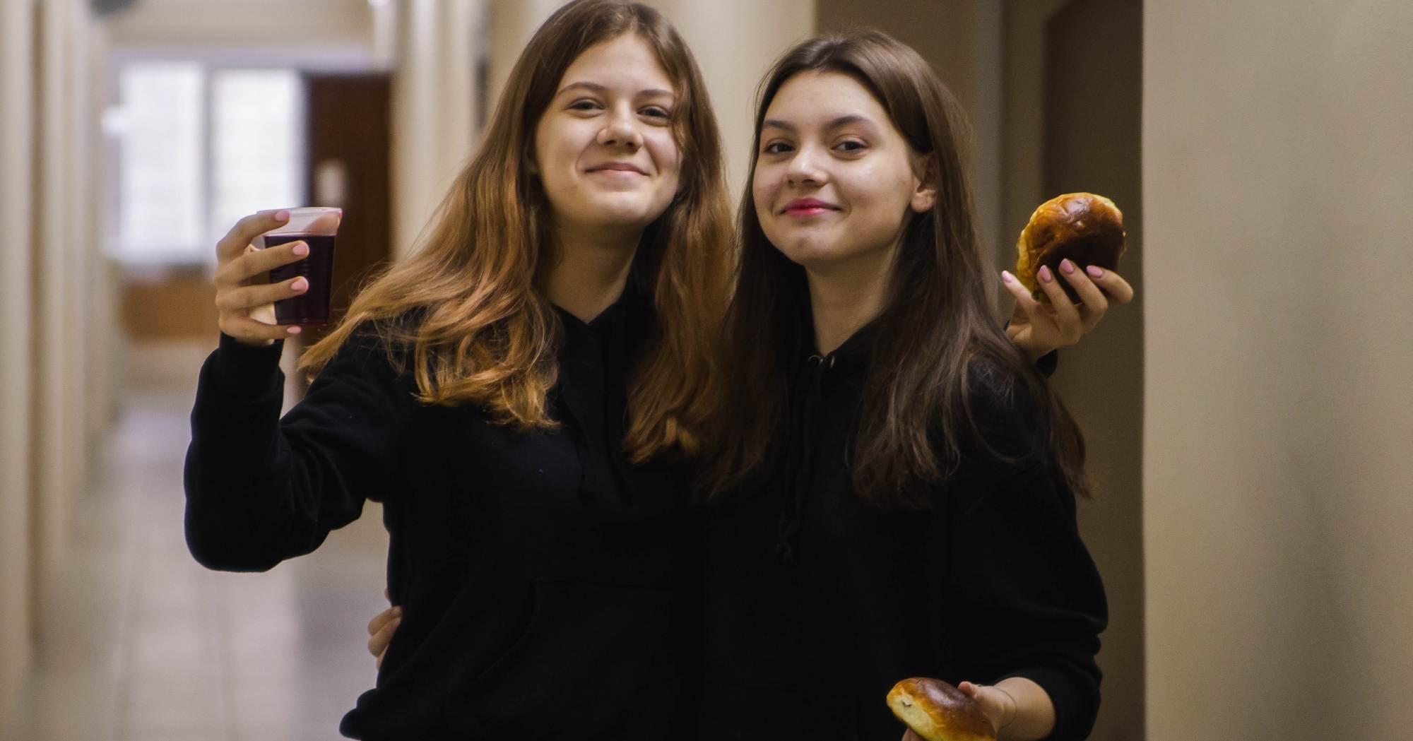 Больше 200 учеников новосибирской ФМШ третью неделю живут в общежитии в карантине