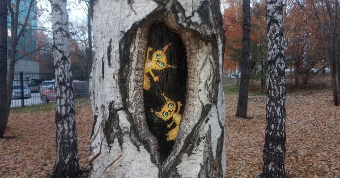 Новосибирская художница расписала деревья в сквере у ГПНТБ забавными зверушками