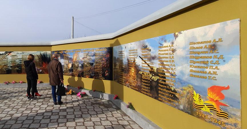 Имена воинов вписали золотыми буквами в керамогранит в селе под Новосибирском