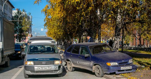 В Новосибирске, в центре города, автомобиль не смог победить бордюр