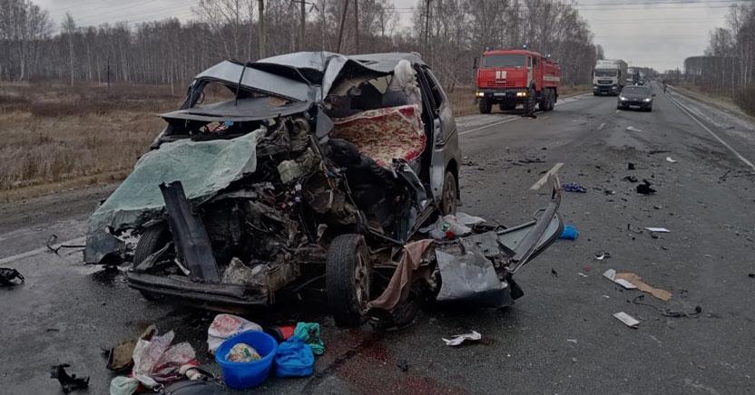 В лобовом столкновении на федеральной трассе в Новосибирской области сошлись пассажирский автобус и автомобиль