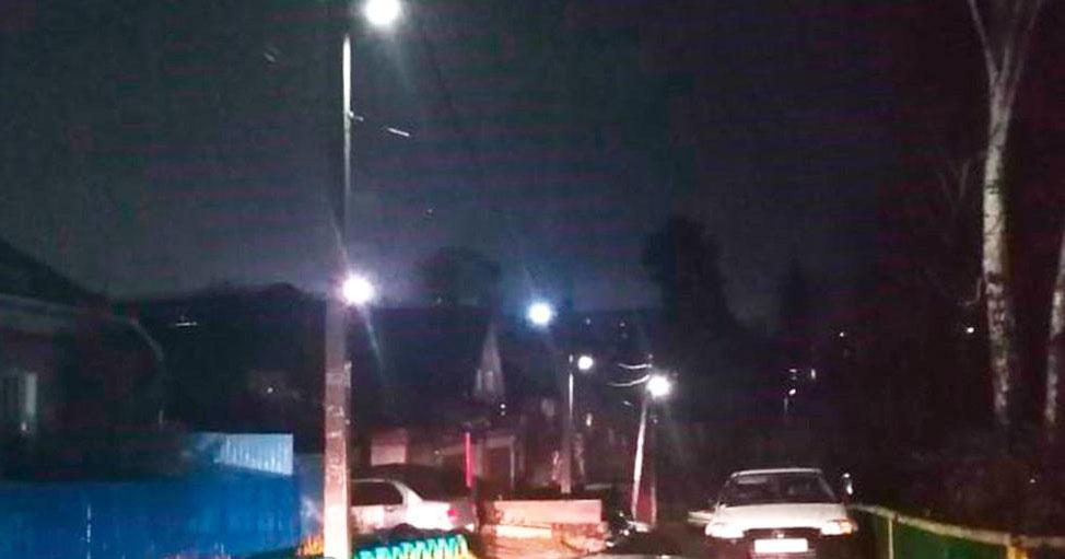 В Новосибирске загорелись фонари на улице, где люди пробирались на ощупь
