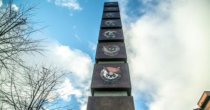 В Новосибирске открыли стелу «Комсомольцам всех поколений посвящается»