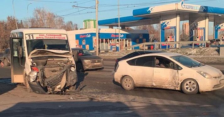 Авария с пассажирским микроавтобусом произошла в Новосибирске в час пик