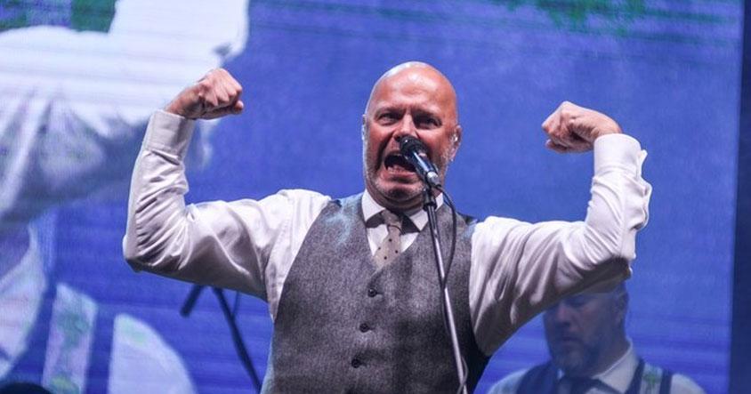 Лидер «Несчастного случая» не смог дать концерт в Новосибирске, но это не мешает ему помогать другим