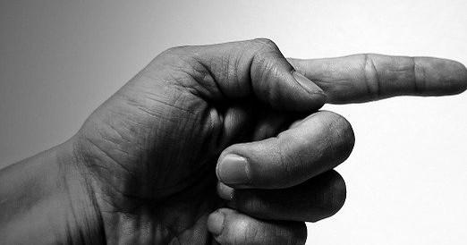 В Новосибирске мужчина ограбил женщину, двумя пальцами изобразив пистолет