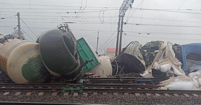 30 вагонов грузового поезда сошли с рельсов в Новосибирской области