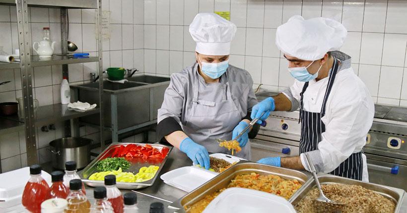 Волонтёры ежедневно привозят горячие обеды врачам коронавирусного госпиталя в новосибирском роддоме №2