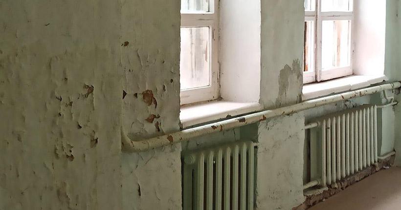 В Новосибирске отремонтируют закрытый из-за плесени этаж школы № 84