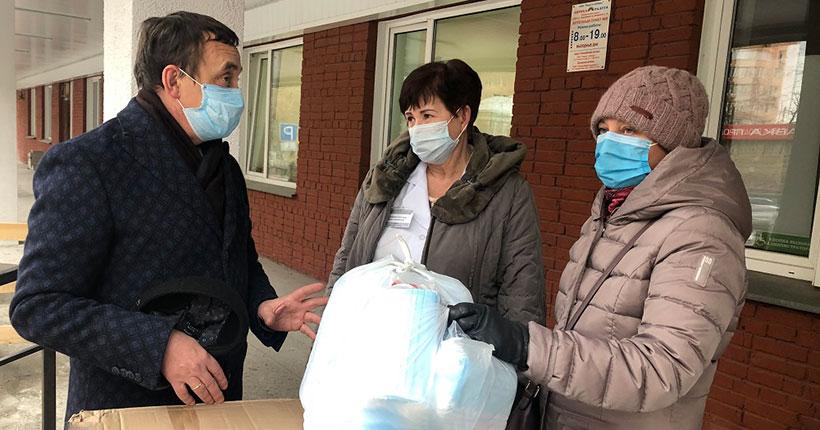 Новосибирским больнице №4 и поликлиникам №20 и №27 волонтёры привезли средства индивидуальной защиты