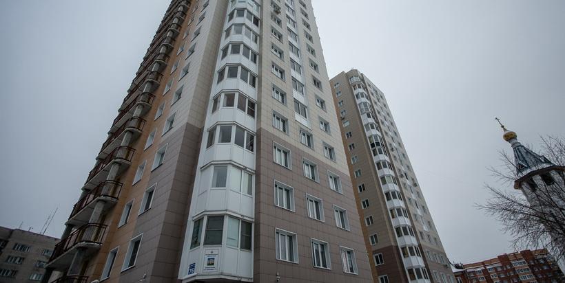 Следователи устанавливают обстоятельства гибели женщины, выпавшей с 7-го этажа в Новосибирске