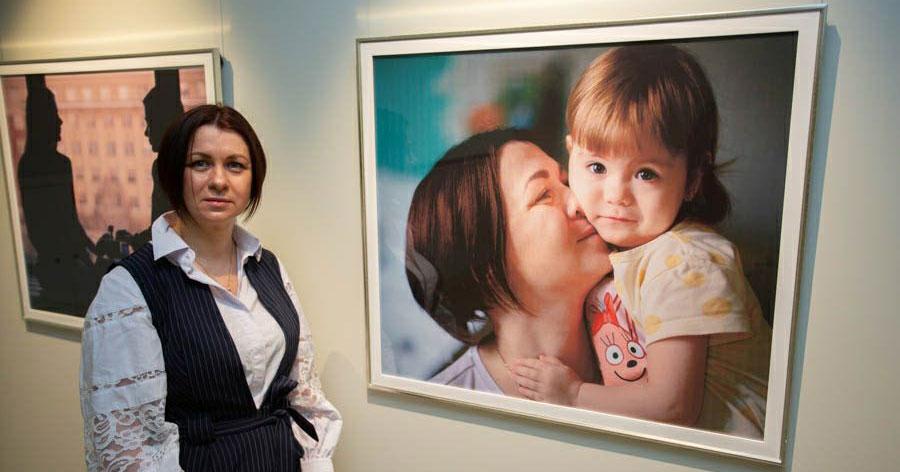 В Новосибирске открылась благотворительная выставка об особенных мамах