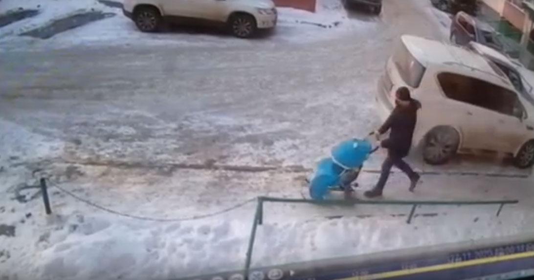 В Новосибирске разыскивают мужчину, укравшего голубые санки с рисунком в виде кролика