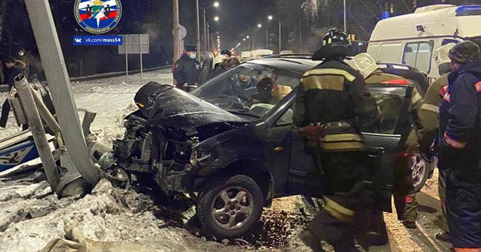 В Новосибирске столб освещения и светофор были повалены в результате наезда автомобиля под управлением молодой женщины