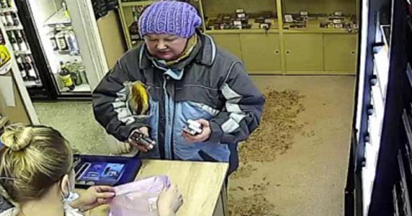 В Новосибирске разыскивают даму, которая рассчитывается чужой банковской картой