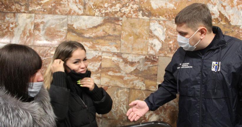 Пассажиров без масок не пропускают к турникетам в Новосибирском метрополитене