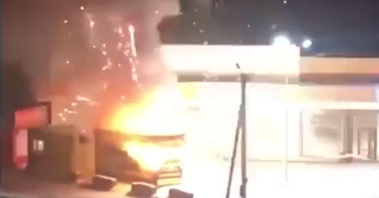 В Новосибирске неизвестные ночью подожгли киоск с пиротехникой