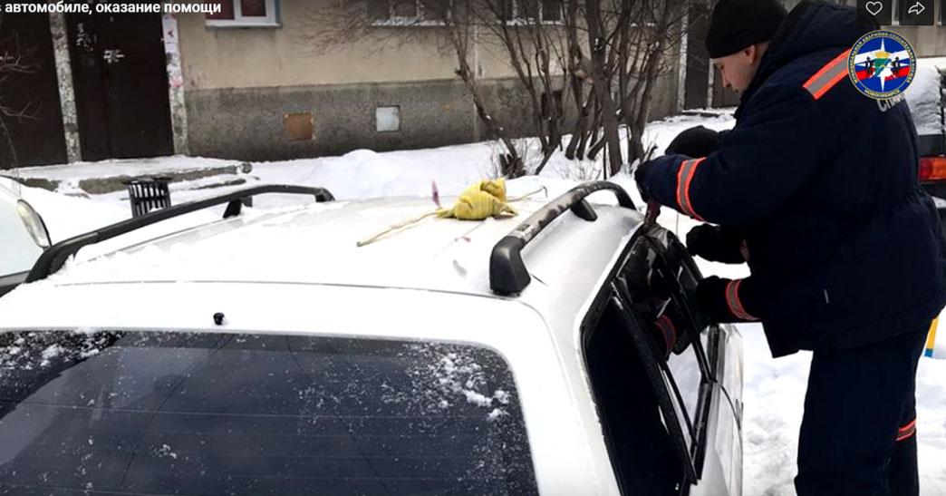 В Новосибирске двухлетний ребёнок оказался заблокированным в салоне автомобиля