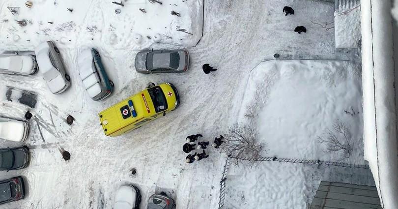 В центре Новосибирска из окна многоэтажки выпал мужчина