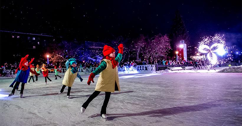 Новый год 2021: открылся главный каток Новосибирска в Театральном сквере