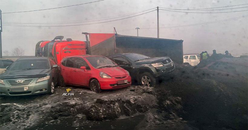 Под Новосибирском грузовик засыпал углём несколько легковых автомобилей