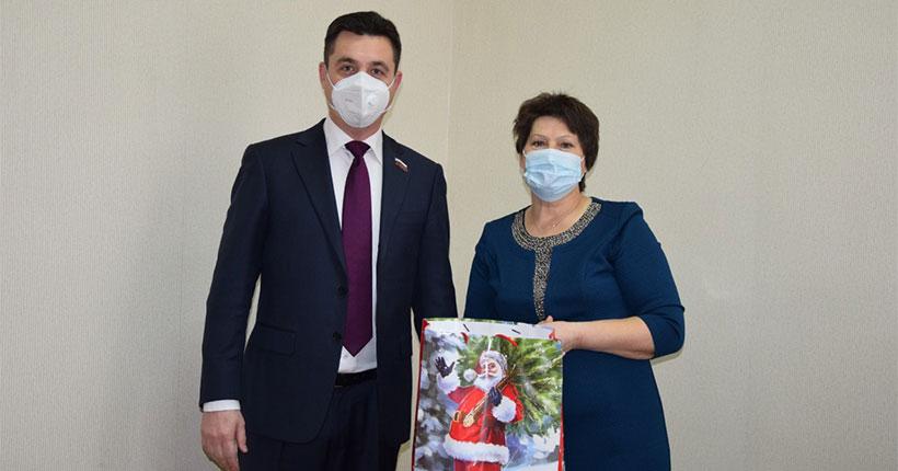 В Новосибирской области ребятишки, даже временно оторванные от семьи, не остаются без подарков
