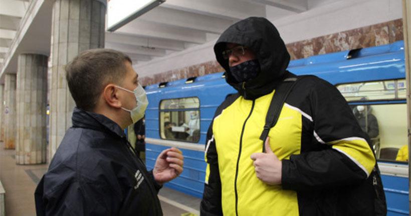 Жители Новосибирска назвали облавой контрольный рейд по соблюдению масочного режима в метро