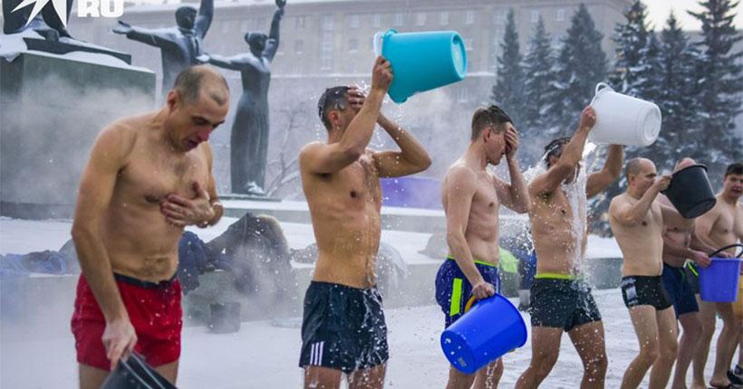 В центре Новосибирска горожане облились ледяной водой в -33 градуса