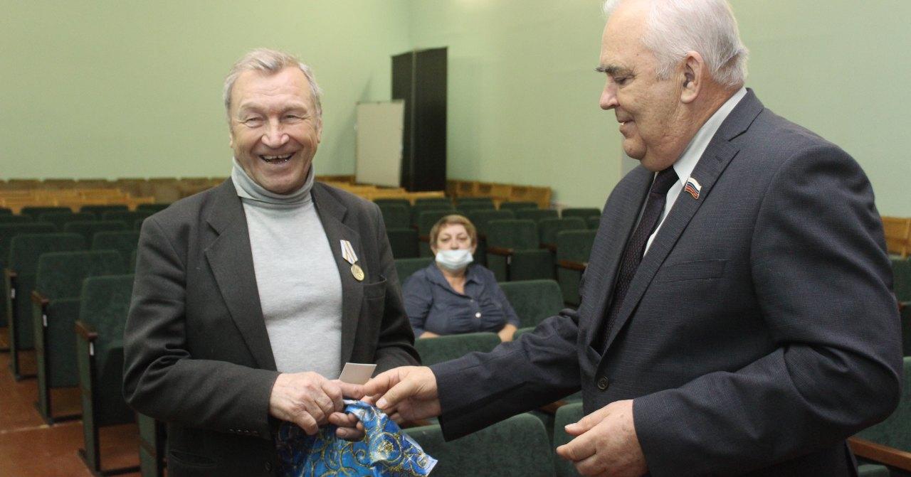 Юбилейные медали и новогодние подарки ветеранам труда в Коченёво вручил депутат заксобрания