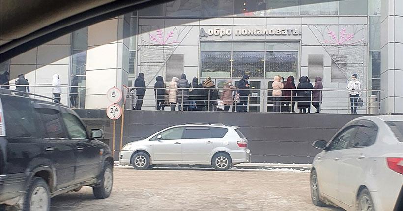 В Новосибирске один из торговых центров заливает