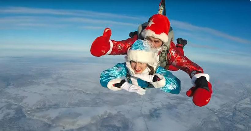 Новый год 2021: Деды Морозы-парашютисты  из Новосибирска отправились поздравлять страну