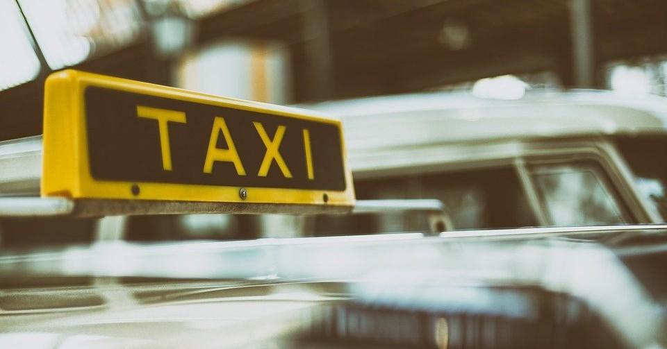 В Новосибирске водитель такси устроил пьяный дебош на дороге