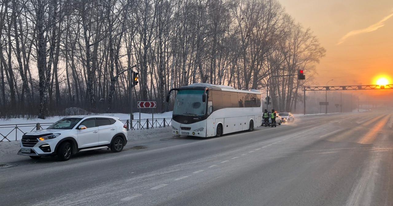 На трассе под Новосибирском ночью едва не замёрзли более пятидесяти человек