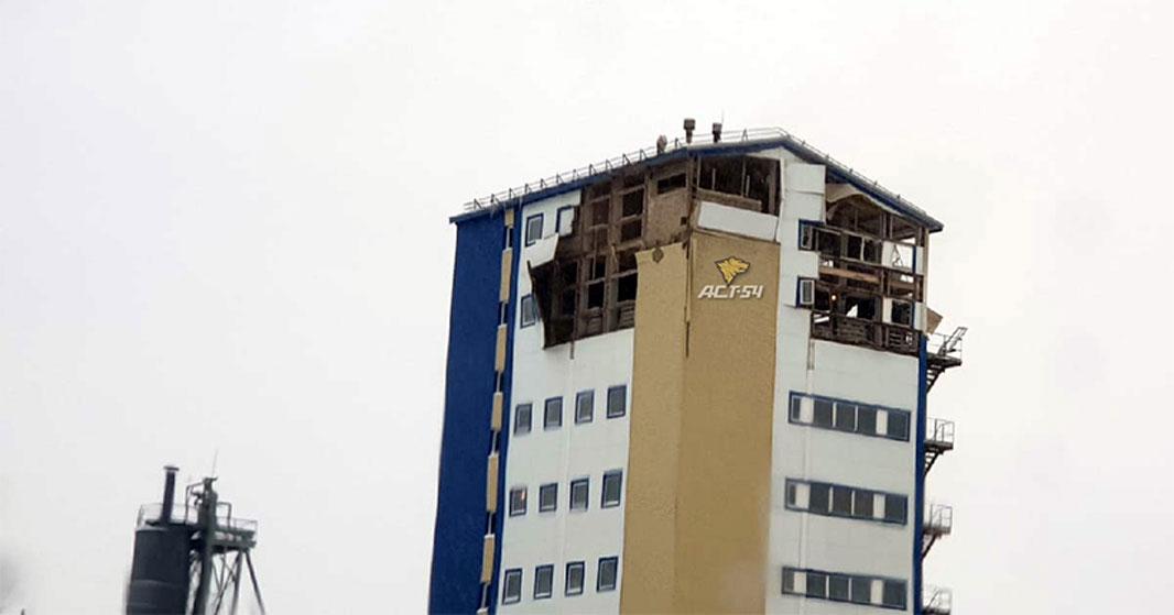 В Новосибирске взрыв уничтожил два верхних этажа девятиэтажного здания