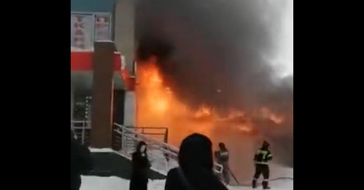 В Советском районе Новосибирска горит здание с магазином