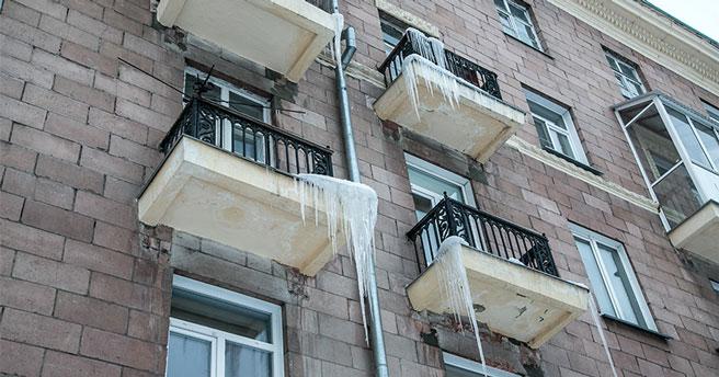 Жителей Новосибирска предупредили о возможном сходе снега с крыш