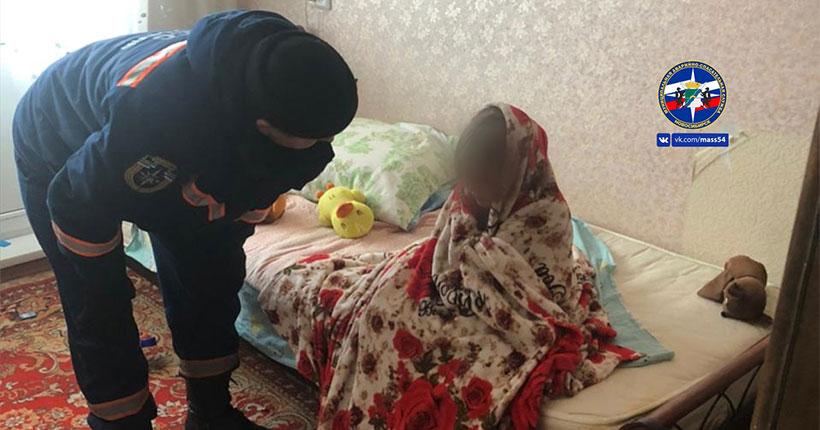 В Новосибирске годовалая девочка заперла на балконе старшую сестру