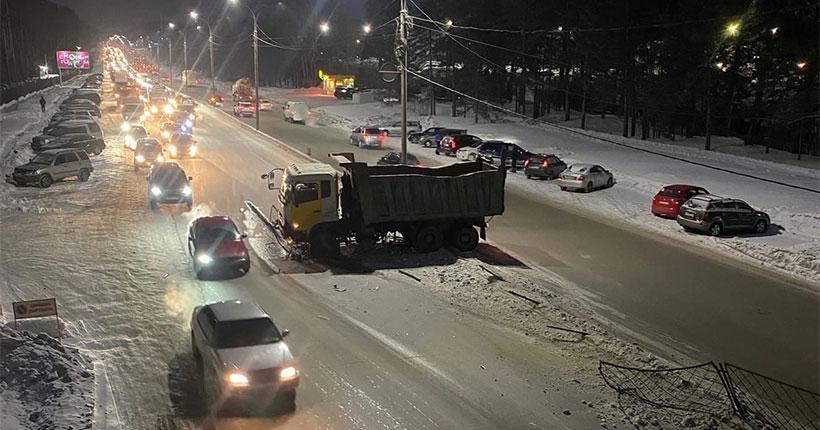 В Советском районе Новосибирска грузовой автомобиль снёс ограждение